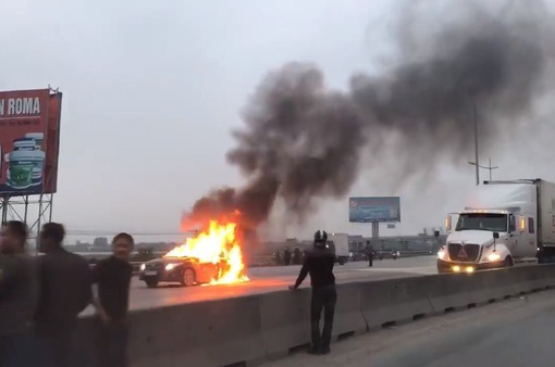 Xe camry bốc cháy ngùn ngụt trên cầu Hoằng Hóa, Thanh Hóa