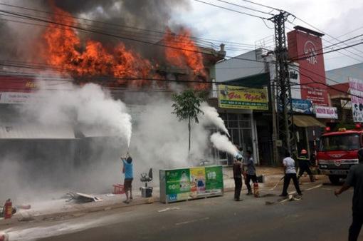 Cháy liên hoàn 3 cửa hàng ở Đăk Nông