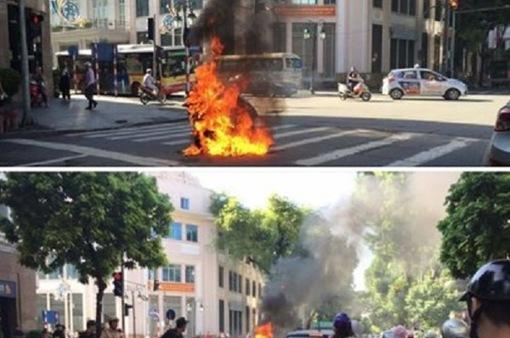 Xe máy bốc cháy khi đang lưu thông trên phố Tràng Tiền