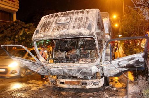 Xe tải bốc cháy ngùn ngụt trong đêm ở TP.HCM