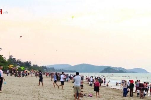Hàng nghìn du khách về biển Cửa Lò dịp nghỉ lễ 30/4