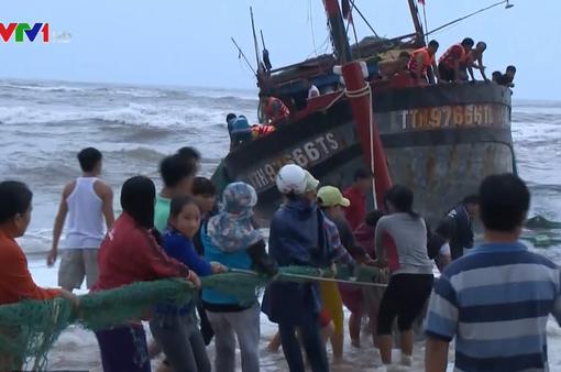 Nỗ lực cứu tàu cá chết máy, bị sóng đánh chìm
