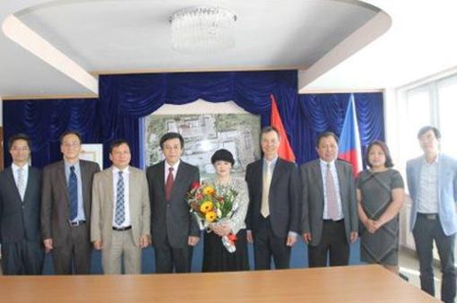 Đại sứ Việt Nam Hồ Minh Tuấn trình Quốc thư lên Tổng thống Czech