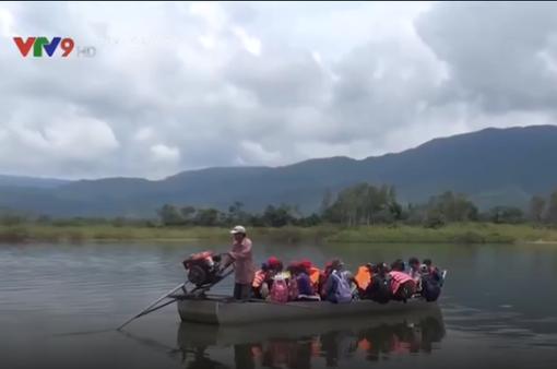Bình Định: Hàng trăm học sinh phải đi đò tự phát đến trường