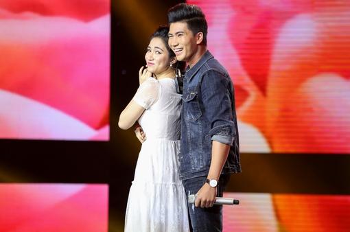 """Cặp đôi hoàn hảo: Hòa Minzy lao lên sân khấu nắm tay """"soái ca định mệnh"""""""