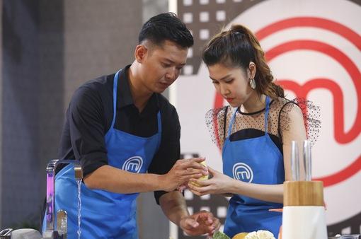 """Vua đầu bếp 2017: Các siêu mẫu """"toát mồ hôi"""" vì phải nấu những món """"lạ"""""""