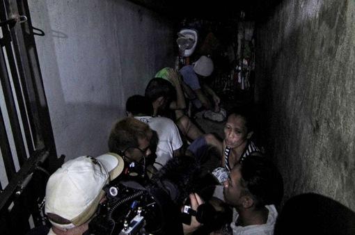 Phát hiện nhà tù sau kệ sách đồn cảnh sát ở Philippines