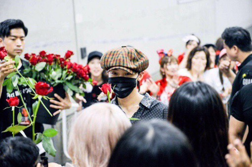 """G-Dragon làm các fan Nhật """"rụng tim"""" vì hành động siêu lãng mạn này"""