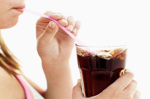 Không ngờ thói quen uống nước có ga lại gây tác hại này