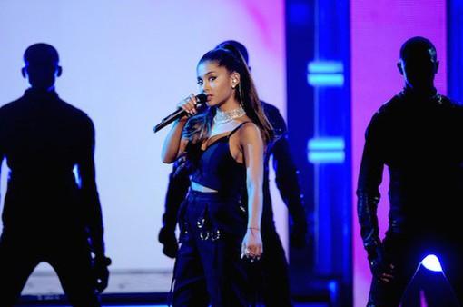 Đánh bom khủng bố tại Manchester: Các ngôi sao chia sẻ, Ariana Grande vẫn im lặng