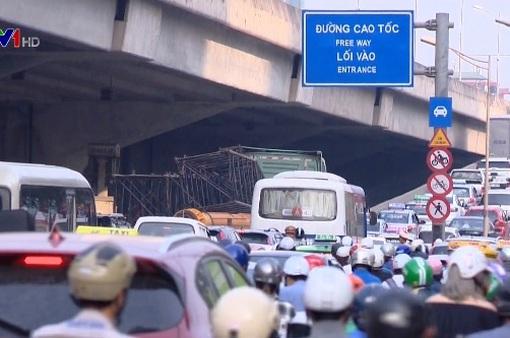 Giao thông Hà Nội ùn ứ cục bộ trước kỳ nghỉ lễ 30/4