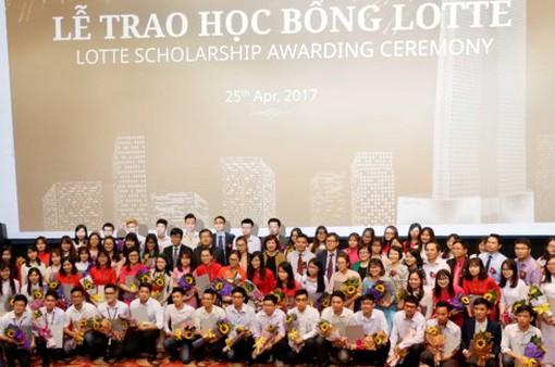 78 sinh viên có hoàn cảnh khó khăn nhận học bổng 15.600 USD