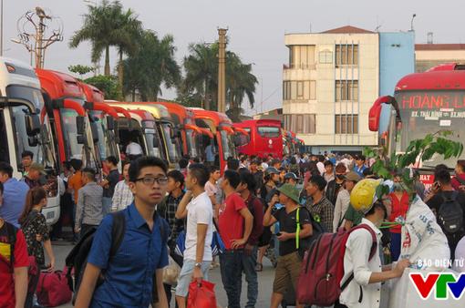 Nghỉ lễ 30/4: Người dân ùn ùn kéo nhau rời Thủ đô