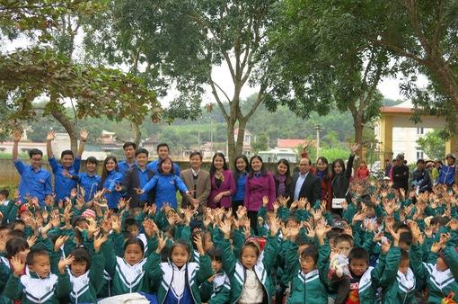 Trao tặng hơn 3.000 áo ấm cho học sinh miền núi ở Thanh Hóa