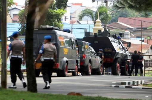 Đâm dao vào cảnh sát ở Indonesia