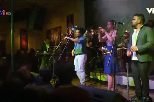Nữ nghệ sĩ thổi kèn trumpet