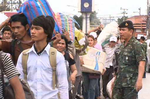 Lao động nhập cư đi đăng ký tại Thái Lan