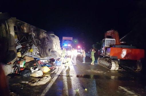 Lật xe khách ở Phú Yên, ít nhất 11 người bị thương