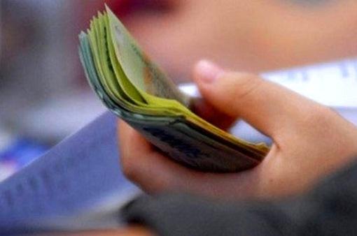 Lương của chồng có thể được chuyển thẳng vào tài khoản vợ: Người đồng tình, người e ngại