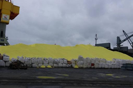 Nguy hiểm từ lưu huỳnh lộ thiên ở cảng Hải Phòng