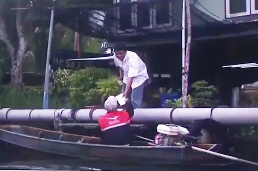 Người vận chuyển bưu phẩm bằng thuyền hiếm hoi tại Bangkok, Thái Lan