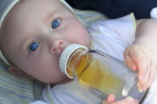 Trẻ dưới 1 tuổi không nên uống nước trái cây