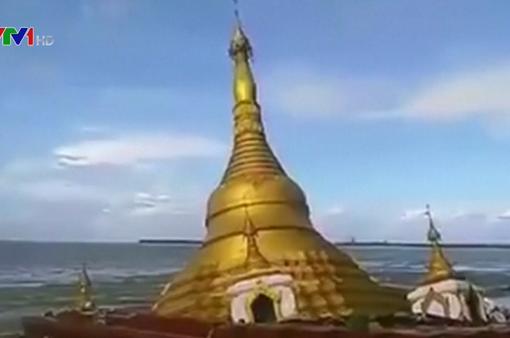 Nước sông dâng nhấn chìm một ngôi chùa ở Myanmar