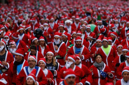 Hơn 7.000 ông già Noel chạy bộ gây quỹ cho bệnh nhân ung thư
