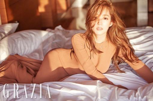 """Bỏng mắt với đường cong quyến rũ của """"nữ hoàng dao kéo"""" Park Min Young"""