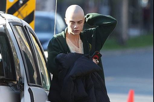 Cựu thiên thần Victoria's Secret gây sốc vì cạo trọc đầu