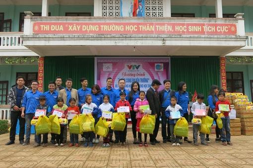 Quỹ tấm lòng Việt trao tặng học bổng cho các em học sinh ở Thanh Hóa