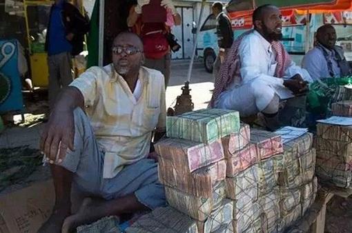 Quốc gia nghèo đến mức người dân phải bán… tiền để kiếm sống