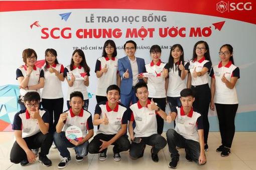 Trao học bổng cho 114 tân sinh viên xuất sắc năm 2017