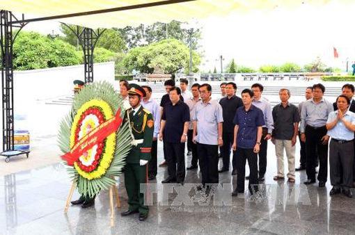 Phó Thủ tướng Trịnh Đình Dũng viếng liệt sĩ tại Quảng Trị