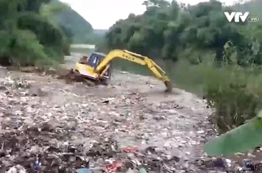 Hà Giang: Chôn lấp số rác thải bị máy xúc đẩy xuống sông