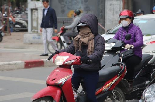 """Người Hà Nội """"kín mít"""" trong gió rét ngày đông"""