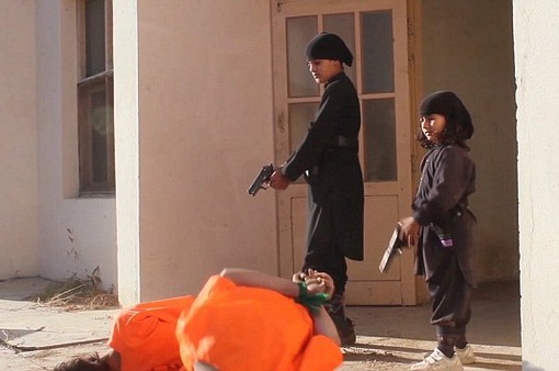 Hãi hùng cảnh chiến bình IS nhí hành quyết con tin