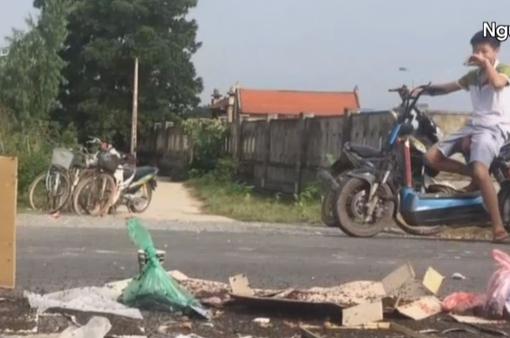 Hà Nội chỉ đạo giải quyết vụ người dân mang ruồi chết chặn xe rác
