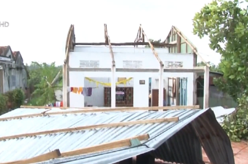 Giông lốc làm sập, tốc mái hàng trăm nhà dân ở Đồng Tháp