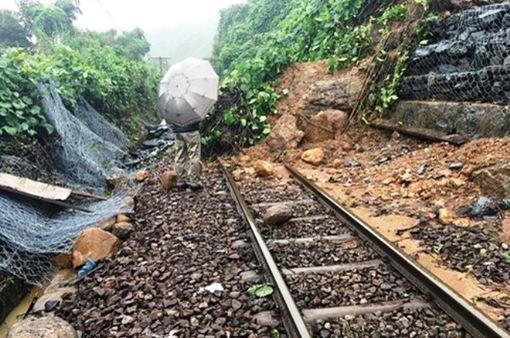 Thông tuyến đường sắt Bắc - Nam sau sự cố do sạt lở núi