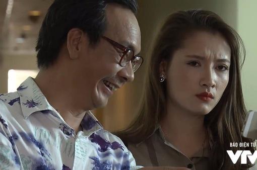 """Những người nhiều chuyện - Tập 8: Cao Toàn Tính (NSƯT Đức Khuê) rình mò Phong, khoe ảnh """"lấy le"""" với Phương Trinh"""