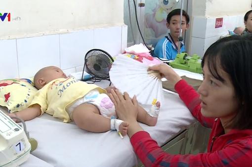 Liên tiếp điều trị 2 bệnh nhi sốt rét nặng tại Bệnh viện Nhi đồng 1 TP.HCM