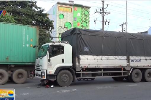 Bình Dương: Tránh xe container, 2 mẹ con nguy kịch
