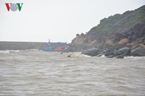 Tàu cá bị sóng đánh chìm, 1 ngư dân mất tích