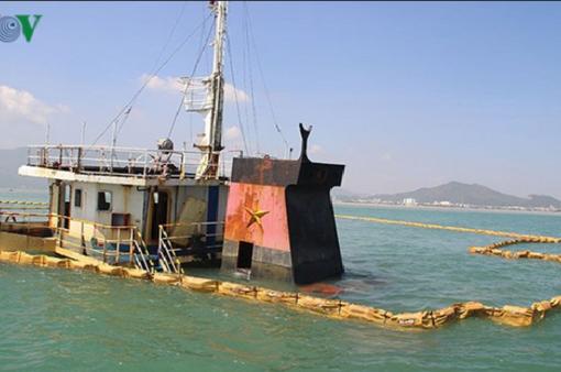 Thêm 1 tàu hàng bị chìm trên biển Quy Nhơn được triển khai hút dầu