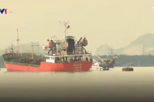 Khẩn trương chuyển tải xăng ra khỏi tàu gặp sự cố
