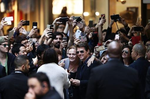 Ra mắt phim Xác ướp, Tom Cruise bị fan vây chặt