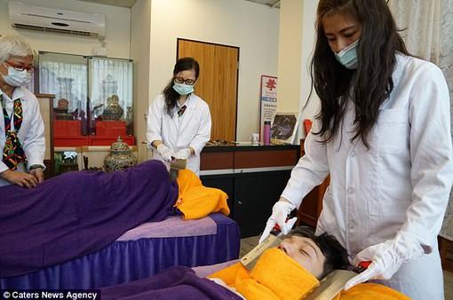 Massage bằng... dao phay, bạn dám thử?