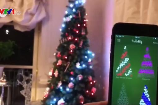 Thay đổi màu đèn LED trên cây thông Noel qua ứng dụng điện thoại
