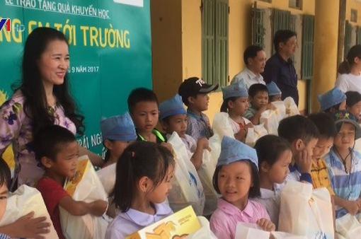 Thái Bình: Trao tặng quà cho học sinh khó khăn